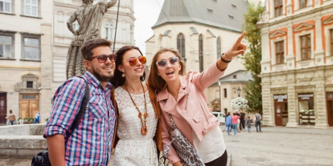young-travelers-sightseeing-in-europe