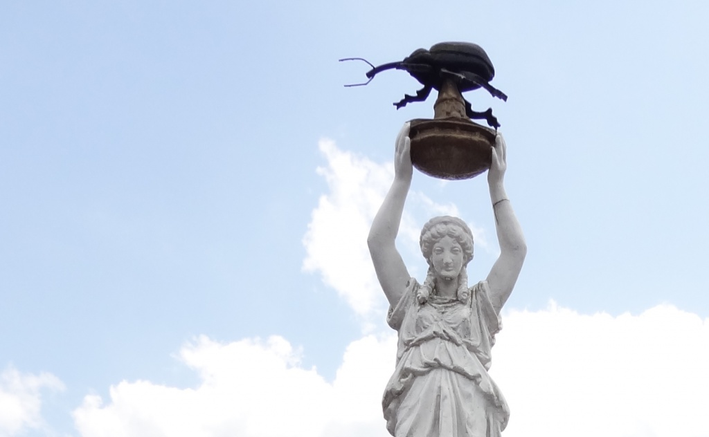 weird-monuments-enterprise-alabama-boll-weevil-statue