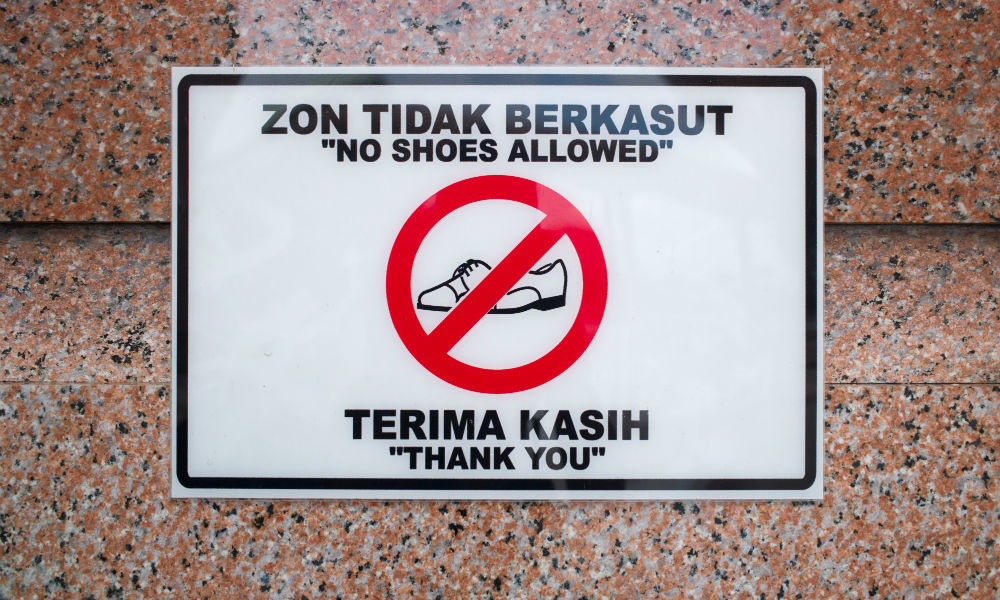 sign saying no shoes outside malaysia mosque