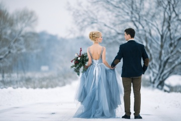 5 Dreamy Winter Wedding Destinations: bride and groom in snow