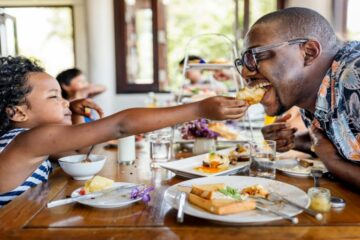 How to save money on food during family vacations
